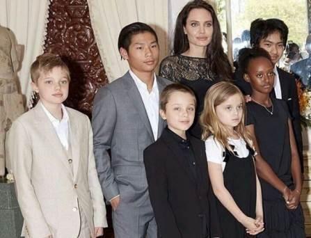 Анджелина Джоли призналась, что она далеко не идеальная мать https://dni24.com/exclusive/132679-andzhelina-dzholi-priznalas-chto-ona-daleko-ne-idealnaya-mat.html  Голливудская актриса Анджелина Джоли в последнем интервью призналась, что она далеко не идеальная мама. У знаменитости шестеро детей, трое из которых приемные, и хотя женщина старается уделять им достаточно внимания и времени, но все равно считает, что она не справляется с детьми так, как нужно.