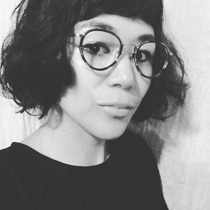 フランスの硬水でストレートに戻ってしまったヘアを、TWIGGY で松浦さんにカット・パーマしてもらい、蘇りましたー。  このヘアスタイルに合う眼鏡がどうしても欲しくなり、帰りに眼鏡屋さんをハシゴ。  視力がすごぶる良いせいで、  老眼が早そうなので、  老眼レンズに替えても良い感じのやつ購入。  #twiggy #松浦美穂 #hairstyle #眼鏡 #オリバーピープルズ  #oliverpeoples  #CRADLE #紫外線カットレンズにしてもらいました #老眼鏡にするタイミングがわからない