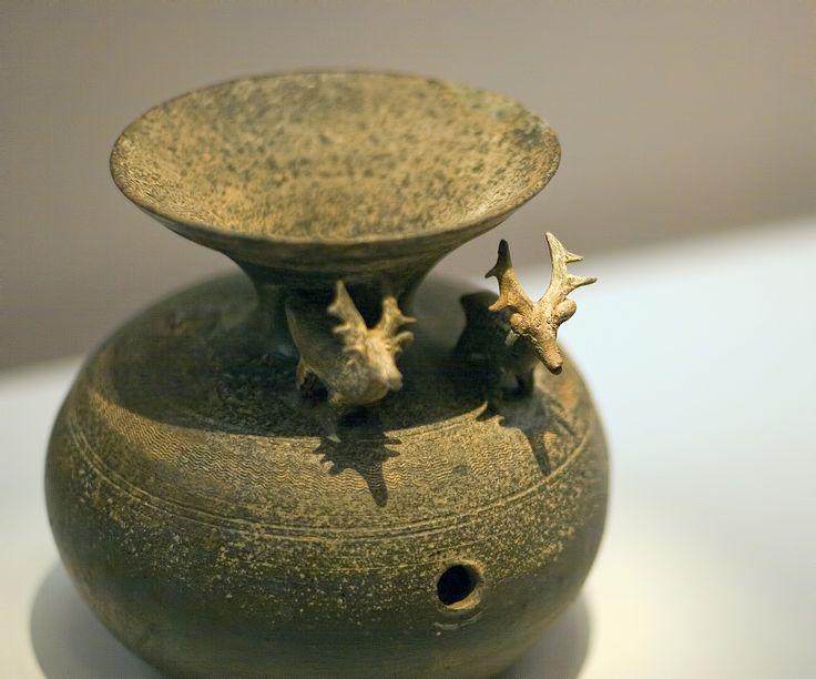 https://flic.kr/p/HZ4s37 | 사슴 제기 : Jar with Deer Shaped Figurines | 역시 가야시대에 만들어진 사슴장식이 있는 구멍단지인데 제사나 행사에 사용된 물품이라고 합니다. 사슴은 이래저래 신령한 생물로 취급받았지요.