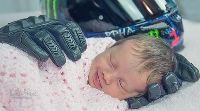 Bayi Yatim ini merasakan kehangatan dan kasih sayang, mesiu hanya dipeluk oleh sarung tangan mikik ayahnya yang telah wafat.