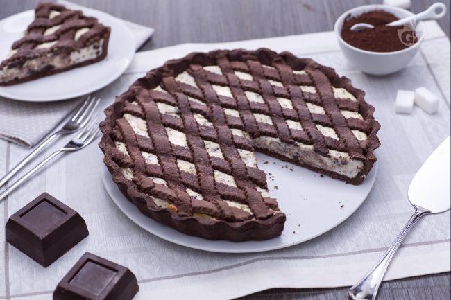 La crostata al cacao con crema alla ricotta e cioccolato è un dolce con un abbinamento goloso e da leccarsi i baffi: pasta frolla al cacao e ricotta.