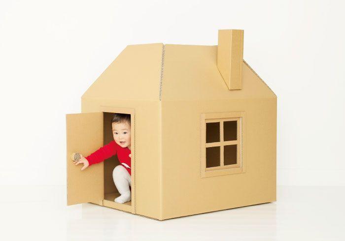収納もらくちん。作って遊ぼう! 段ボールハウス 春は近いけれど、まだまだお外遊びは寒い!というときも。 そんな日はおウチのなかで体を使って遊べる段ボールハウスを作ってみませんか。 もとの箱型を生かして、屋根、ドア、窓の細工をするだけなのでとてもカンタン。ちょこっと手を加えて煙突や窓枠をつけたり、かわいい壁紙を貼る、絵を描くなどすれば、素敵なオリジナルが完成します。 好奇心いっぱいのオイッチニーさんにとっては、ドアから出たり入ったりするだけでも楽しくて、想像以上のいい運動に! HOW TO MAKE・基本の作り方 1.上図Aの長さをそろえて、一方はカット。一方はカッターナイフで折れ線を入れて内側に折る(4カ所同様)。 2.ドアの点線を切り、折れ線を入れる。窓の点線も切る。 3.箱の形に組み立て、1のA部分をガムテープで貼り合わせ(内側)、屋根の形を作る。窓はオープンのままでもいいし、別途、格子の窓枠を作って貼っても。詳しい作り方は明日公開します) 用意するもの ・段ボール(大型家具などが入っていたものを再利用するか、web購入も可能。写真は200サイズ(80×65×55)を使用)…