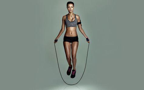 Zaubert definierte Muskeln, fördert die Ausdauer und macht schlank: Fünf Gründe, warum du dein altes Springseil wieder auspacken solltest!