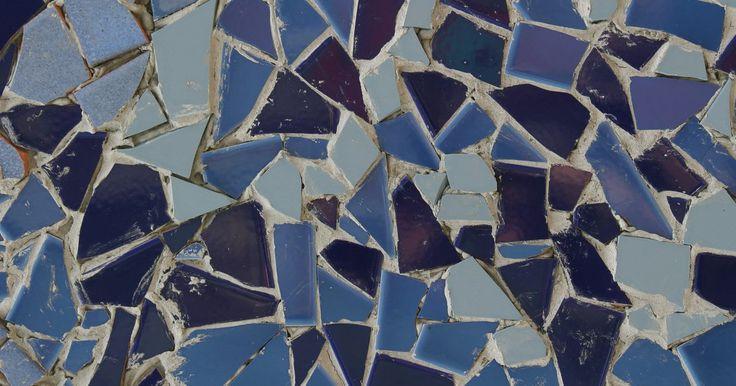 Como remover a cola de um piso em mosaico. Tradicionalmente, mosaicos eram feitos de mármore e cimento, com pedaços de mármore extras colocados na superfície antes do cimento secar. Mosaicos modernos são feitos de resinas, tais como epóxi ou uretano utilizados como ligante para torná-lo menos suscetível a manchas. Independentemente do tipo de mosaico que você tem, é preciso ter cuidado ao ...