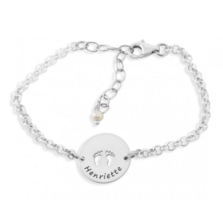 Ein wunderschönes 925 Sterling Silber Armband mit einem polierten Gravurplättchen. Mittig am Rand geschrieben wird Ihrem Wunschnamen graviert. In der Mitte vom Anhänger sind zwei Babyfüsse ausgeschnitten.