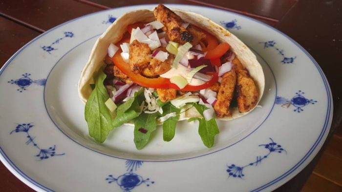 Kylling wraps med dressing og grønnsaker 2 pers 2 kyllingfileter 2 ss soyasaus 1 ss a...
