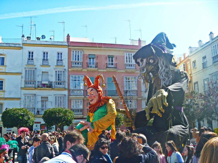 El Dios Momo y la Bruja Piti rodeados de espectadores en Cádiz. #Andalucia