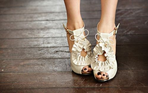 im obsessed: White Shoes, Fashion Shoes, Wedding Shoes, Cute Shoes, Summer Shoes, Fashion Heels, Black Nails, High Heels, Bridal Shoes
