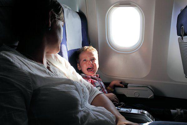 Vliegmaatschappijen zijn naarstig op zoek naar jankende kinderen voor de economy class. Vanwege het grote aantal extra vakantievluchten dreigt een tekort aan huilende kinderen die de vlucht voor andere passagiers willen verpesten. Maatschappijen proberen op elke vlucht minstens één krijsende baby of jammerende kleuter in de economy class te plaatsen. Op die manier worden passagiers die dachten voor een habbekrats [...]