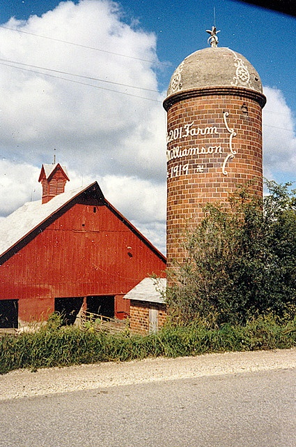 I don't know how recent this picture is but it certainly is well preserved for its age--note the date on the silo.
