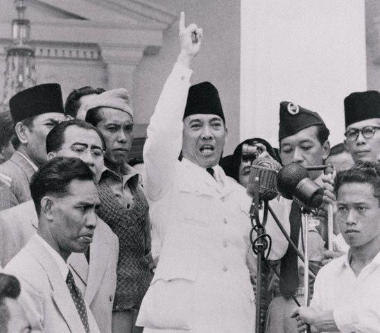 Soekarno spraak vaak de inwoners toe om zich tegen de Nederlanders te keren.