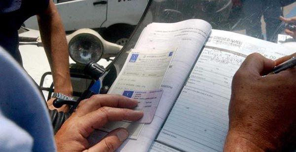 #INFOUTILI - Come evitare multe salate, ecco documenti da tenere sempre in auto - http://www.sostenitori.info/infoutili-come-evitare-multe-salate-ecco-documenti-da-tenere-sempre-in-auto/230205