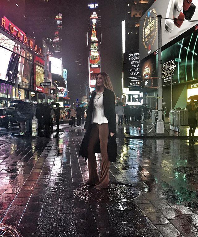 Αθηνά Οικονομάκου: Με τέλειο νεοϋορκέζικο στιλ στην Times Square!