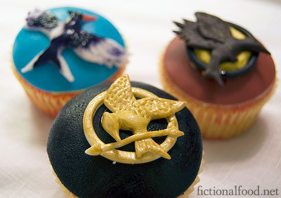 Fancy Hunger Games cupcakes! I guess the birds are fondant.