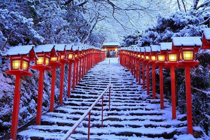 京都を代表する観光名所のひとつである貴船神社にて、2016年1月1日(祝)~2月29日(月) の期間中「積雪日限定ライトアップ」が開催されます。その名の通り、積雪日のライトアップが実施されるので、見ることが出来るという保証はありませんが、雪のない光景も美しいのでぜひ貴船神社に足を運んでみてください♪