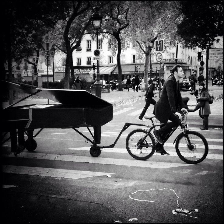 Un inconnu est venu avec son piano devant le Bataclan pour jouer Imagine de John Lennon - Vidéo