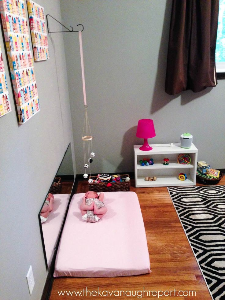 How to hang Montessori mobiles for infants. Easy ways to practically use mobiles in your home. Toy hanging bars for Montessori babies.