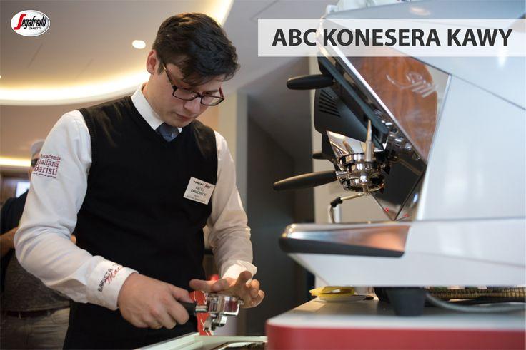 Wiele osób sądzi, że espresso – z uwagi na swoją esencjonalność, jest jedną z kaw o największej zawartości kofeiny.  Tych, którzy z obawy przed zbyt dużą zawartością pobudzającego związku unikali tej tradycyjnej włoskiej propozycji, z pewnością ucieszy informacja, że jedna porcja, czyli 25 ml espresso zawiera tylko ok. 63 mg kofeiny. #segafredo #segafredozanetti #segafredozanettipoland  #poradabaristy #espresso #kofeina #kawa #coffee #coffeetime #baristatips #caffeine