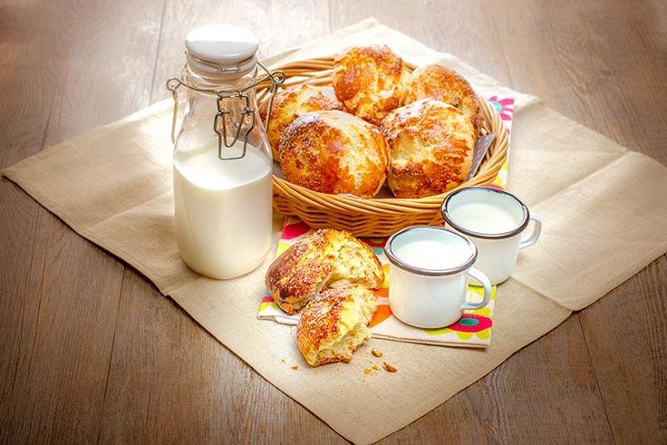 Petits pains au lait. Pour la fête du pain, variez les plaisirs avec différentes recettes de la brioche au pain de mie sans oublier le pain classique. Marielys Lorthios - Photographe professionnelle / photographe culinaire / styliste / Dijon - http://www.marielys-lorthios.com/