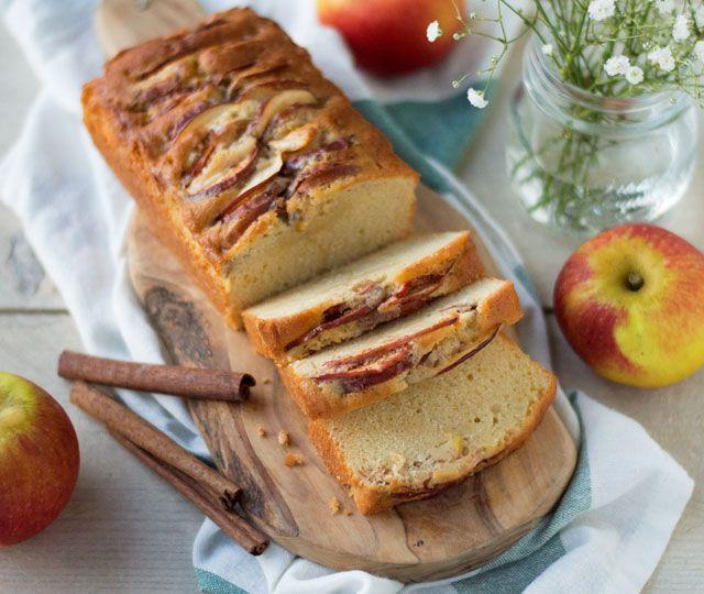 Een makkelijk recept voor een waanzinnig lekkere appelcake! Deze cake is smeuïg, zacht zoet en extra lekker door de stukjes appel met suiker en kaneel.