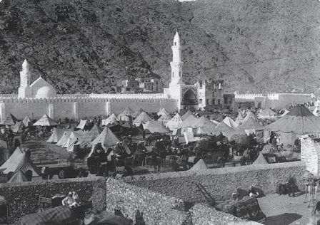 Al Kheef Mosque in Mina, one of the Hajj holy sites 1907 مسجد الخيف بمنى خلال موسم الحج عام ١٩٠٧م