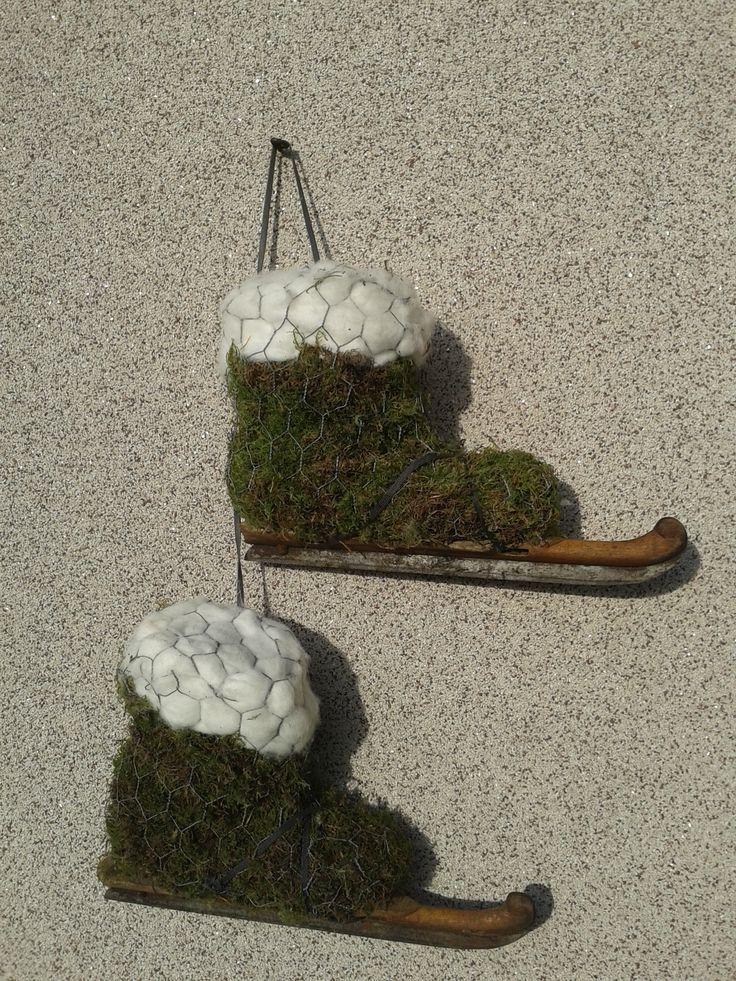 schaatsen gemaakt van laarzen, met daaroverheen mos en gaas. sokken gemaakt van watten. hieronder echte houtjes gebonden!