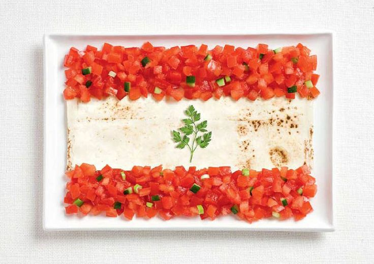 national flag made food drapeaux du monde version food Liban – tomates, pita et persil