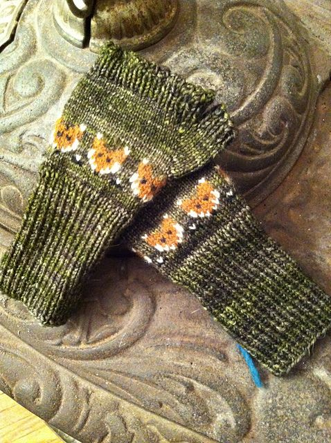 Ravelry: Foxy Mittlets for Mama Foxes pattern by Mervi Asikainen