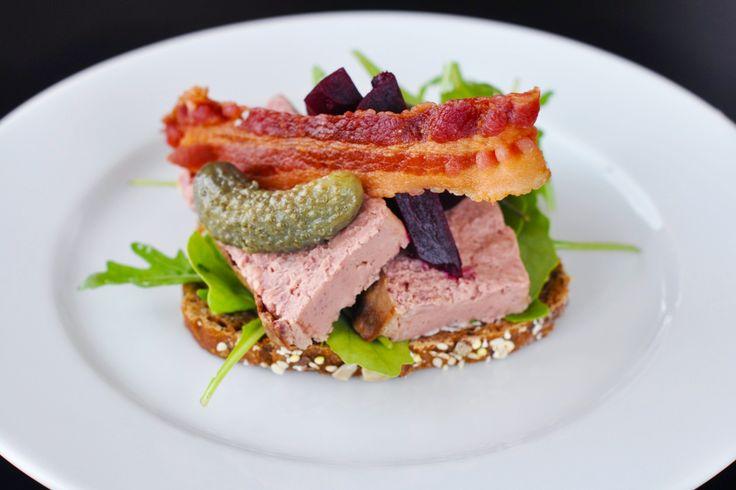 Smörrebröd med leverpastej, rödbetor, bacon