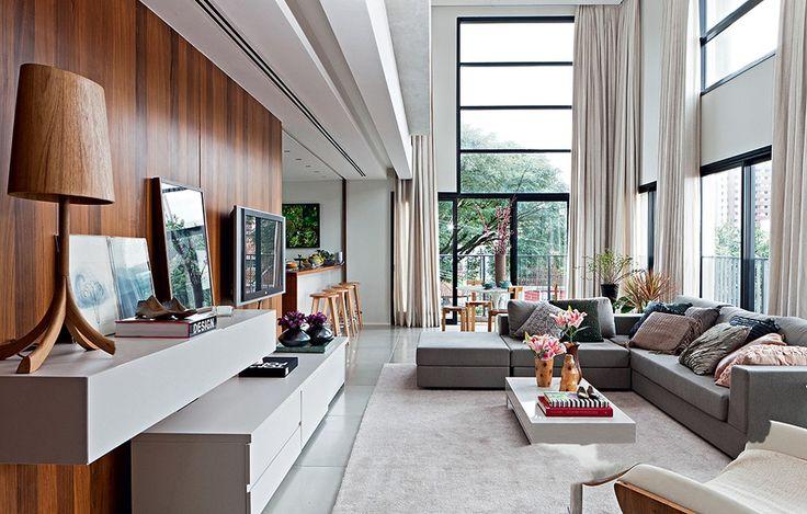 O pé-direito duplo de 5,23 cm é o grande diferencial deste living, que recebeu decoração sóbria e sofisticada. Projeto do escritório Rocco, Vidal   Arquitetos