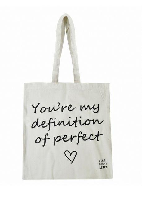 Een katoenen lichtgewicht tas waar je met gemak al je spullen in kwijt kunt! De Tote Definition of Perfect bag van Like Like Like is perfect geschikt voor een festival, een snelle boodschap of een dagje shoppen! (€8,95)