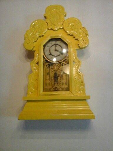 Reloj de madera en el hostal santo domingo en cartagena de indias
