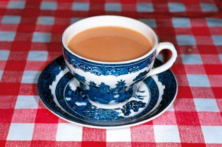 -Tea time par Martin Parr ...J'ai les mêmes tasses et la même nappe à Coligny !