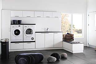 Duro vaskerommet. Utnytt plassen optimalt i vaskerommet med fokus på form og funksjon. Uante kombinasjonsmuligheter gjør at de hvite dørene og benkeplaten i Dark Concrete på en enkel måte kan tilpasses hjemmet ditt.