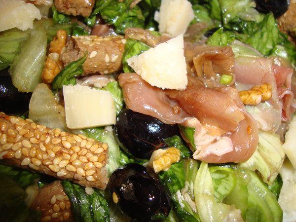 Bucataria cu noroc - Salata cu grisine, prosciutto si struguri
