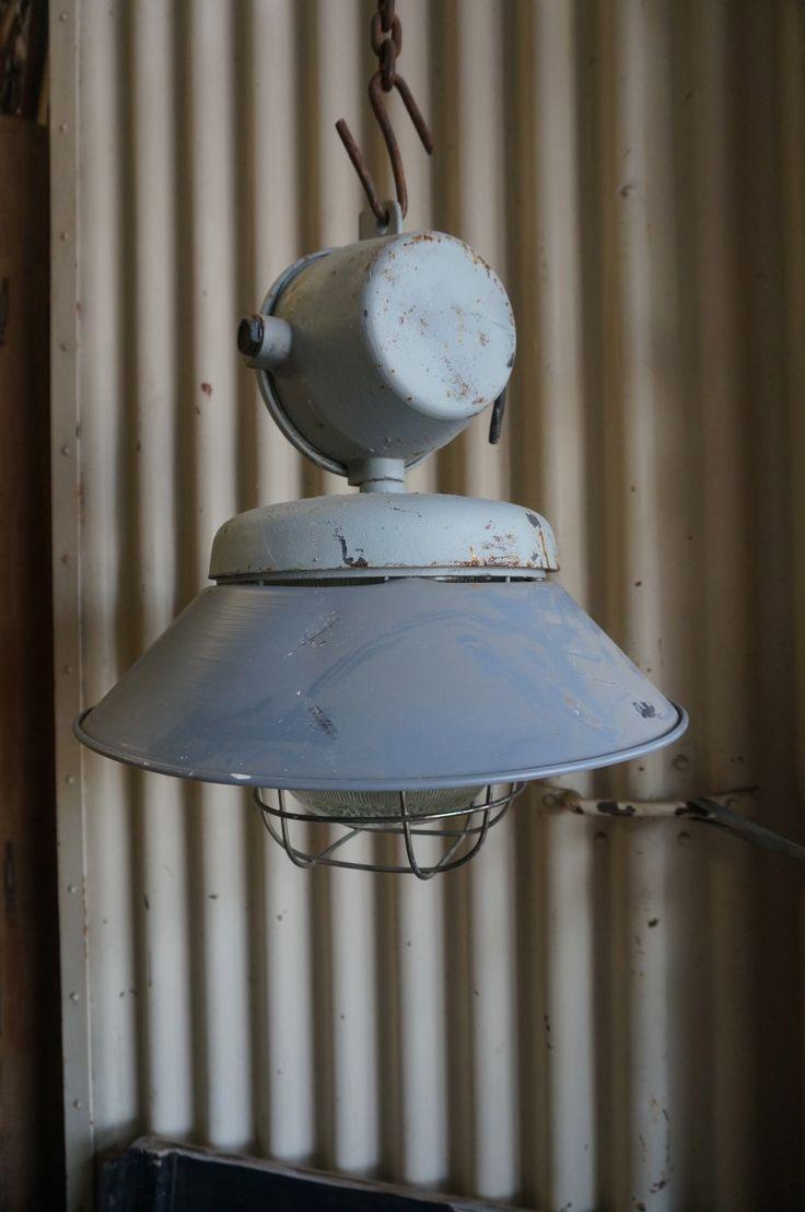 zeer stoere industriele lamp de lamp is van gietijzer met een ijzeren kooi en…