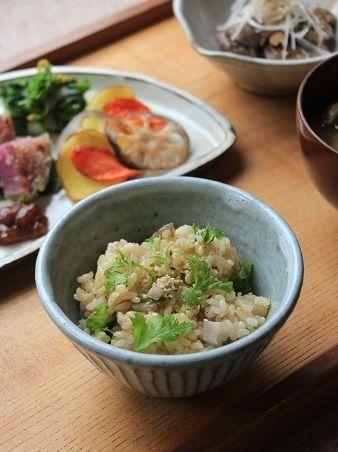 蓮根炒め入りの玄米ご飯」。 サイコロ型に切った蓮根を少量の胡麻油で炒めて 軽く塩と醤油で味つけ。 炊きあがった玄米ご飯に混ぜ合わせました。 盛りつけた後に麻の実をトッピング。 一緒に混ぜ合わせたわさび菜のぴりっとした食感が新鮮。  汁ものは「長芋のとろろ入り味噌汁」。 ひらたけとわかめを加えています。 麦味噌と玄米味噌、豆味噌を合わせ味噌にしました。