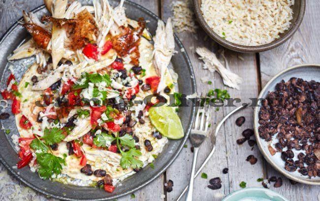Нежнейший куриный буррито Джейми Оливера..... Предложенный рецепт куриного буррито от Джейми имеет особенный, многогранный вкус. В привычном мексиканском блюде сочетаются множество ингредиентов, именно поэтому буррито с курицей от известного шеф-повара понравится всем без исключения.   Ингредиенты  тушка цыпленка весом 1,6 кг 1/2 пучка свежего кориандра 3 свежих зеленых перца чили 4 спелых помидора 1 ч.л. семян тмина 800 гр. консервированных черных бобов 2 лайма 5 зубчиков чеснока 150 гр…