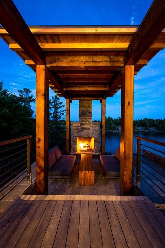 terrasse cheminée de nuit - Cottage Country par Core Architects - Baie géorgienne, Canada