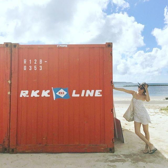 【yochi_ko】さんのInstagramをピンしています。 《#Ilike#CONTAINER#verymuch#RKK#is#myfavorite#one#rkkline#Ship#Okinawa . わたし、コンテナが大好きなんだけど このRKKのコンテナ好き。 1番よく見かけるからかな。 道路とか港で。 よく那覇港に犬のお散歩行ってたけど コンテナが山積みでテンション上がる。 友達の家の物置がコンテナで すっごい羨ましかった! わたしも欲しい。 . #沖縄#ビーチ#海#コンテナ#船#琉球海運#お気に入りのコンテナ》