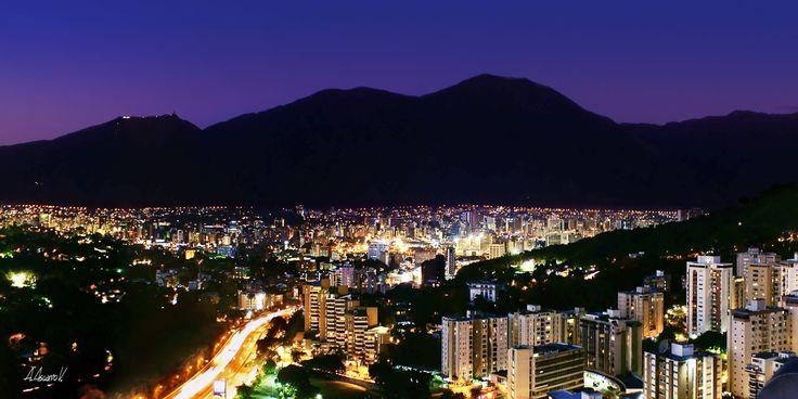 Caracas de noche con silueta del Avila de fondo
