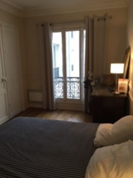 Apartment in Paris, France. Very nice sweat flat, 35 m2, haussemannien type, located at «Guy Moquet» station (Ligne 13), between the Batignolles, Place de Clichy, the parc monceau and Montmartre. It is a very lively district : You may try the nice and trendy restaurants of...