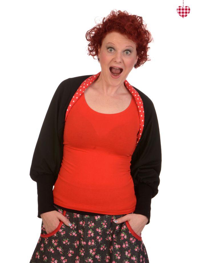 Anika trägt einen der neuen Wishröcke mit schickem Rosenprint und neidlicher Borte in Kirschrot, sowie unseren brandneuen Clou: einen Bolero, den Frau nicht nur wenden, sondern auch noch als Loop tragen kann ;)