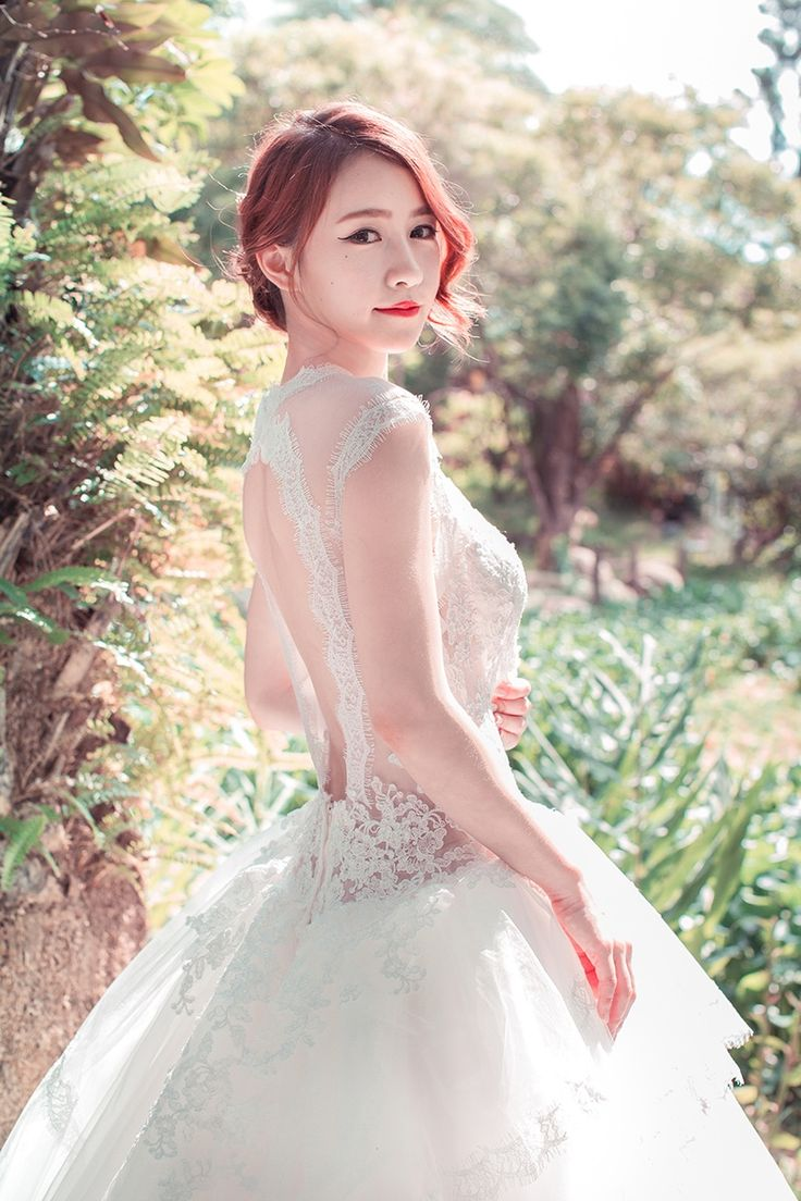 Charming make up and beautiful wedding dress