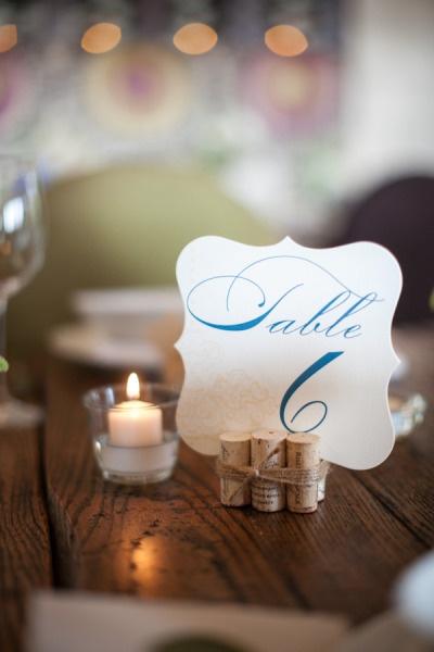 segna tavolo con tappi di sughero    (by Heather Cook Elliott Photography)