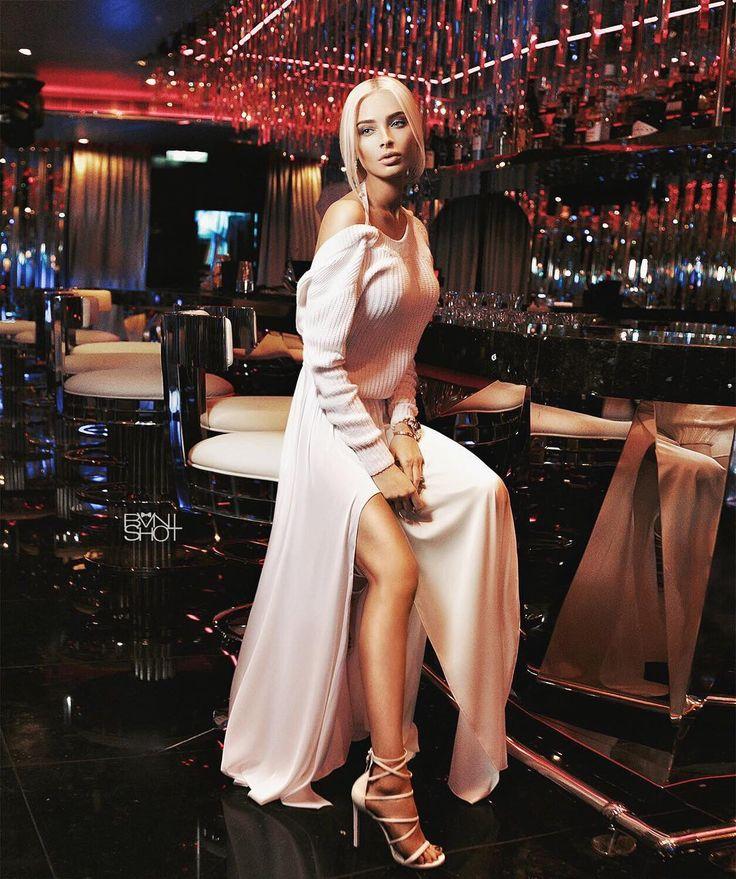 """Оказывается, Формула 1 - это больше, чем просто гонки!😜 Например, в эти выходные в Баку, в рамках мероприятия, пройдут концерты Таркана, Black Eyed Peas, Mariah Carey, будут самые известные вечеринки """"королевских гонок"""" Billionaire Club, море развлечений, рассчитанных не только для взрослых, но и для всей семьи☺️🙌🏽 Уверена, что выходные на @bakucitycircuit мне запомнятся надолго!)))😉"""