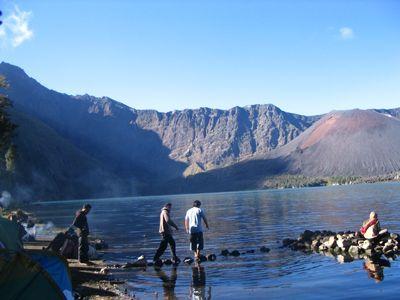 Gunung yang merupakan gunung berapi kedua tertinggi di Indonesia dengan ketinggian 3.726 m dpl ini merupakan gunung favorit bagi pendaki Indonesia karena keindahan pemandangannya. Disini juga terdapat danau yang sangat indah yaitu Danau Segara Anak. Di danau ini banyak terdapat ikan sehingga orang datang ke sana bukan saja menyakisikan ke indahan alamnya tapi juga sekaligus mancing.