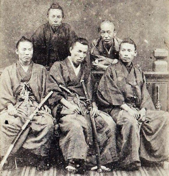 (前列左から)伊藤博文、大隈重信、井上馨 (後列左から)中井弘、久世喜弘