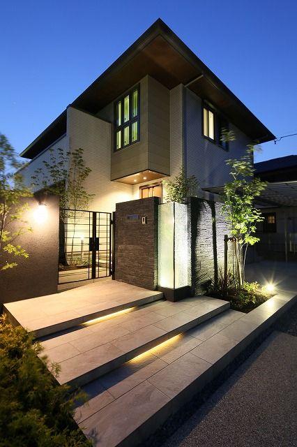 工夫を凝らしたステップとガラスパネルが一際引き立つ夜の門周り。黒で統一した壁が空間を引き締める。 #lightingmeister…