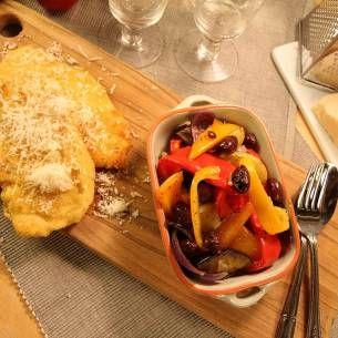 Tunn kycklingfilé panerad med parmesan och med ugnsstekta grönsaker.